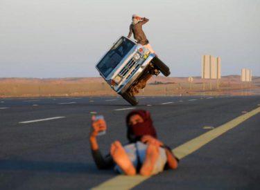 FOTO E PABESUESHME/ Dy të rinj ngasin makinën mbi dy rrota ndërsa vajza bën selfie në pistë