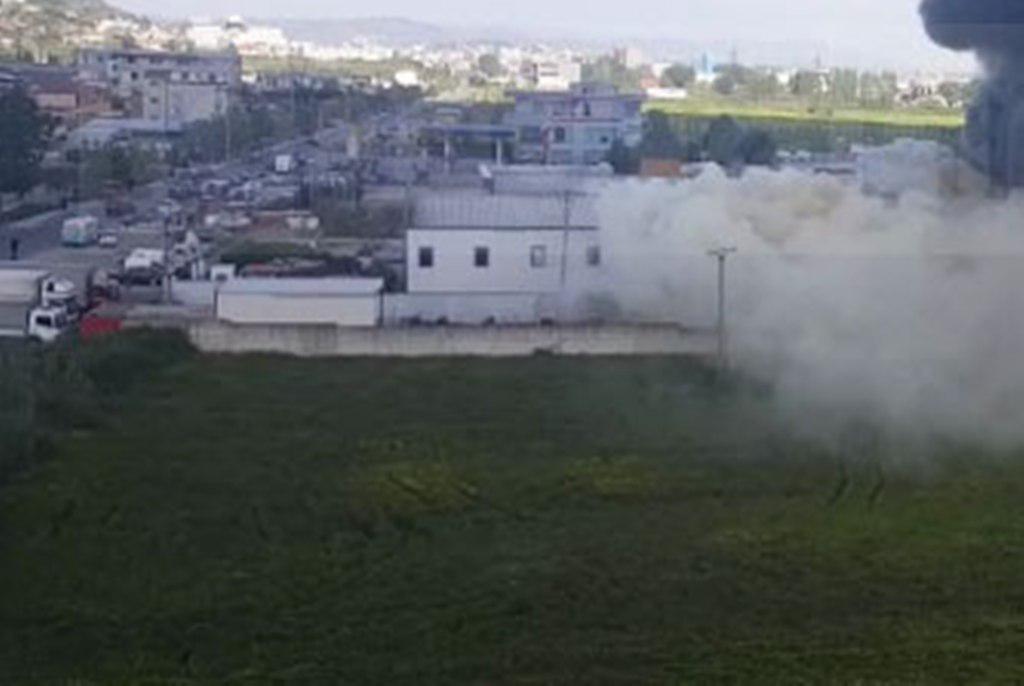 Tiranë, zjarr i madh në një fabrikë riciklimi
