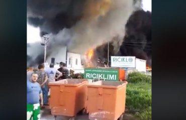 Zjarri në fabrikën e riciklimit, prefektja: Të vijë ushtria ta shuajë