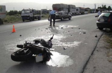 Makina përplaset me motoçikletën, humb jetën një person