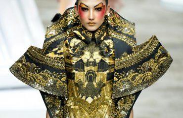 Kjo është moda aziatike, ja si shfaqet modelja në evenimentin e madh të Pekinit