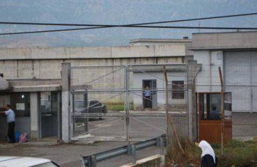 """Fuste drogë në burgun e Fierit, kapet polici """"me presh në dorë"""""""