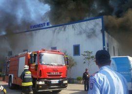 Flakët përfshijnë një fabrikë riciklimi, tymi mbu