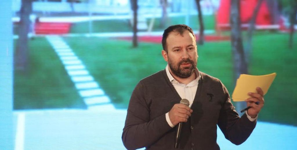 """""""ANTENA JASHTË FAMILJES""""/ Flet shoku Arbër Mazniku: Ne 99-shat, jemi për barazi..."""