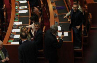 Tahiri rikthehet në Kuvend, opozita braktis sallën në shenjë proteste