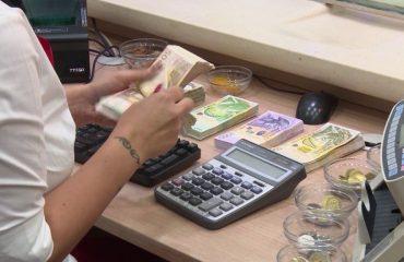Shtrëngohen kushtet për kredi në banka