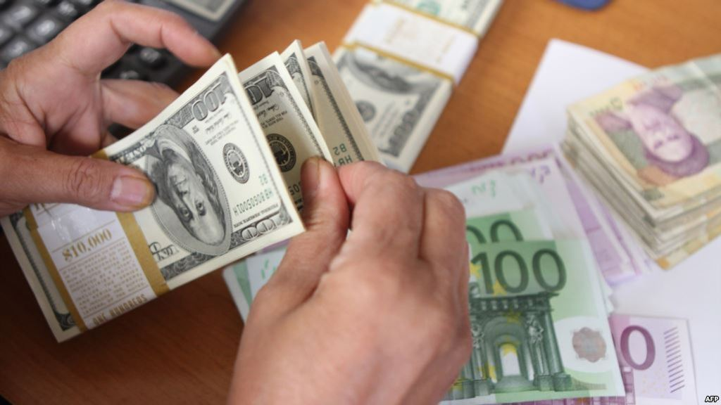 Kush po përfiton edhe kush po humbet nga rënia e euros në tregun e këmbimit?