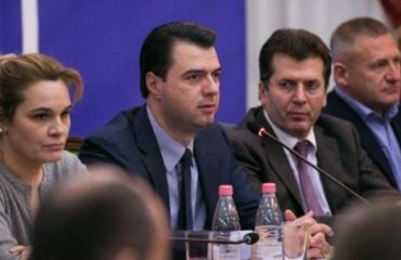 """VAZHDON BOJKOTI/ Sërish jashtë Kuvendit, """"parlamenti"""" i opozitës mblidhet në Vlorë"""