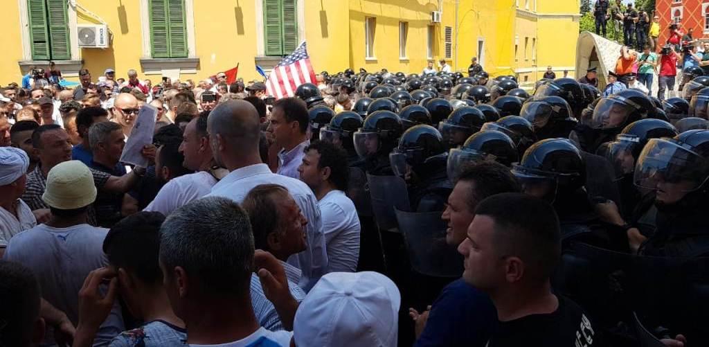 """PËRBALLJE NË """"ALBANIAN FREE PRESS"""": Si do të vazhdojë aksioni opozitar?"""