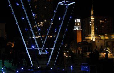 """""""V-ja"""" gjigande në sheshin """"Skënderbej"""", simboli i protestës kundër ndërtimit të HEC-eve në Valbonë"""