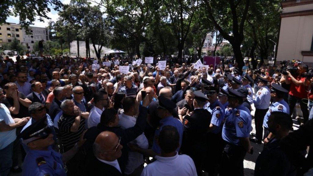 Protestë tek Ministria e Brendshme për largimin e Xhafajt, përplasje me policinë