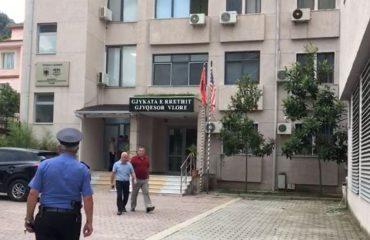 I burgosuri i ikën policëve nga duart në gjykatë, hidhet nga dritarja dhe merr arratinë