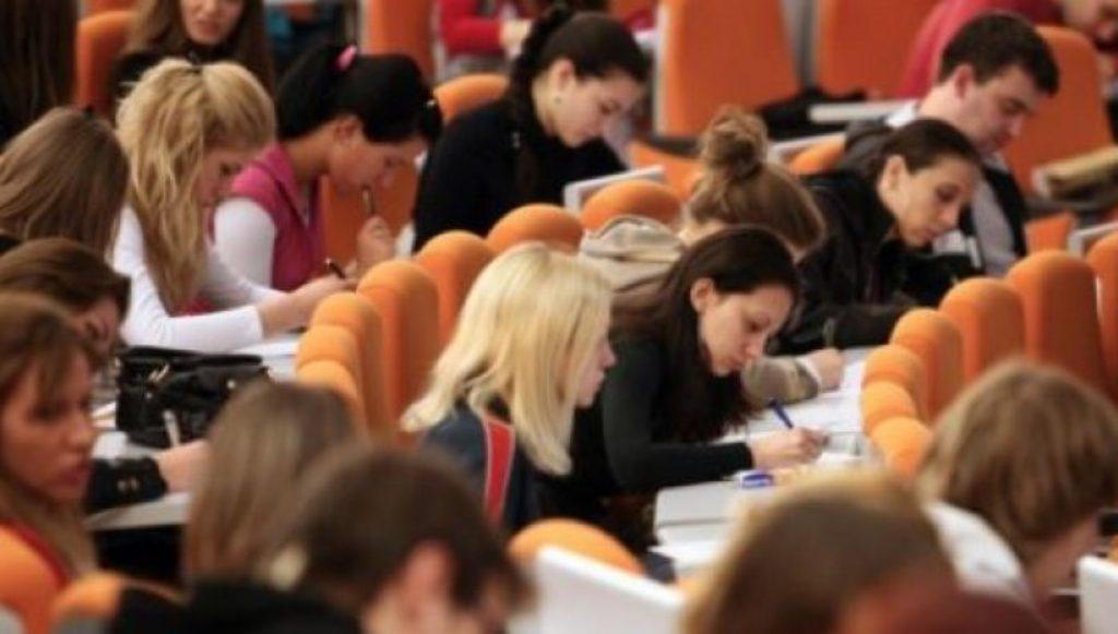 Të rinjtë shqiptarë dyfishojnë shpenzimet për arsim, heqin dorë nga ushqimet