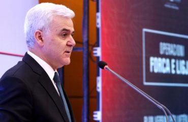 """PËRBALLJE NË """"ALBANIAN FREE PRESS""""/ Intelektualët: A duhet të japë dorëheqjen Xhafaj?"""