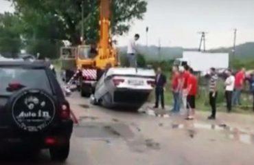 Aksidenti nga lagështira, përmbyset makina në rrugën Tiranë-Ndroq