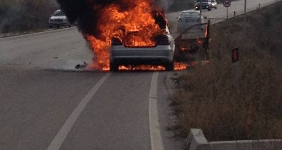Makina përfshihet nga flakët, shpëtojnë pasagjerët, panikosen qytetarët