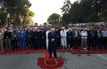 Besimtarët myslimanë mbushin bulevardin për faljen e mëngjesit, sot festohet Fiter Bajrami