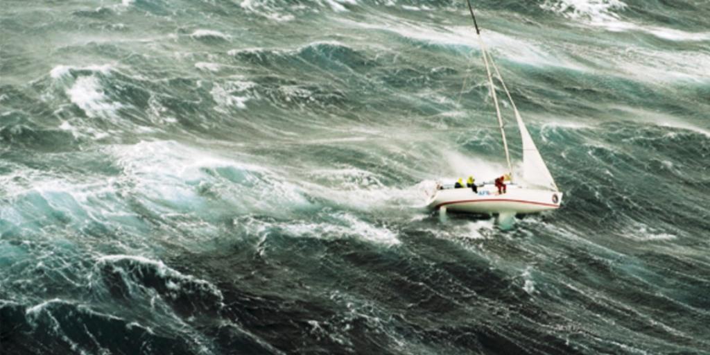 Moti i keq në Vlorë u rrezikon jetën 3 personave në bordin e barkës me vela