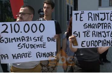 Studentët, protestë para ministrisë së Arsimit për Kartën Rinore