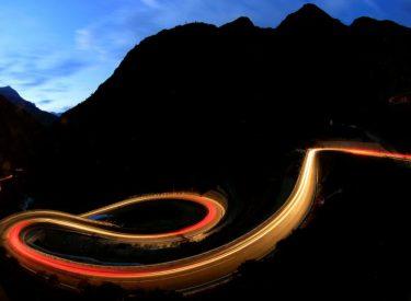 Shikoni si ndriçon rruga që gjarpëron mes malit, foto spektakolare