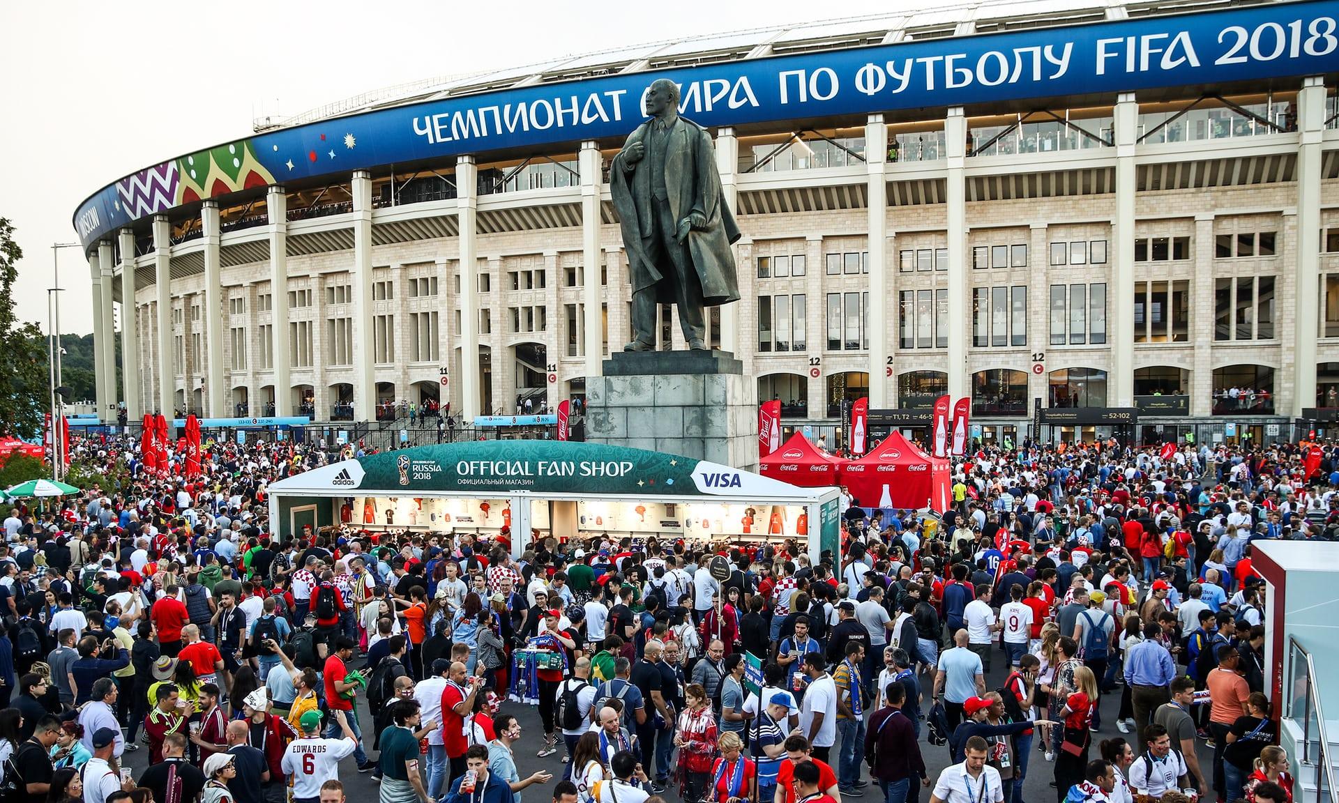 """Statuja e Leninit, """"ironia"""" me tifozët anglezë para ndeshjes"""