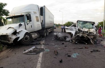 Autovetura përplaset me kamionin, përfundojnë në spital të moshuarit burrë e grua