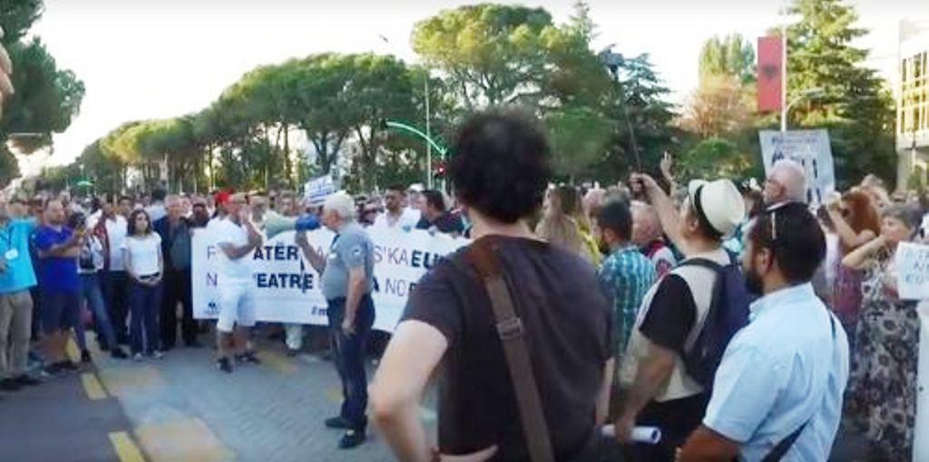 Artistët thirrje Presidentit: Mos e dekreto ligjin për prishjen e Teatrit