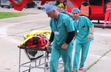Aksidenti, e përplas makina që ecte me shpejtësi marramendëse, rëndë në spital këmbësori