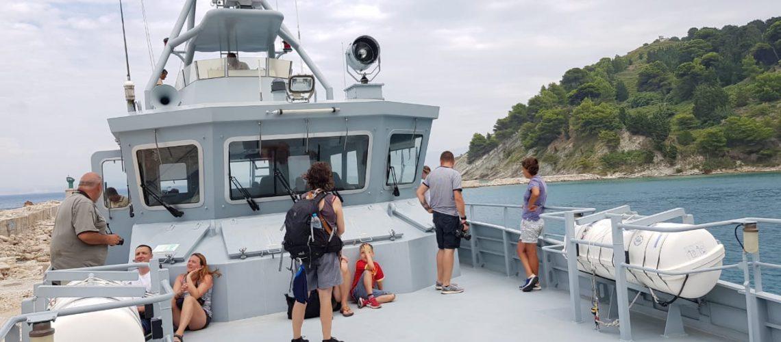 Moti i keq bllokon 50 turistë në ishullin e Sazanit, i shpëton anija e Flotës Detare