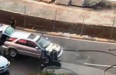 Merr flakë makina në Tiranë, zjarrfikësit shuajnë zjarrin