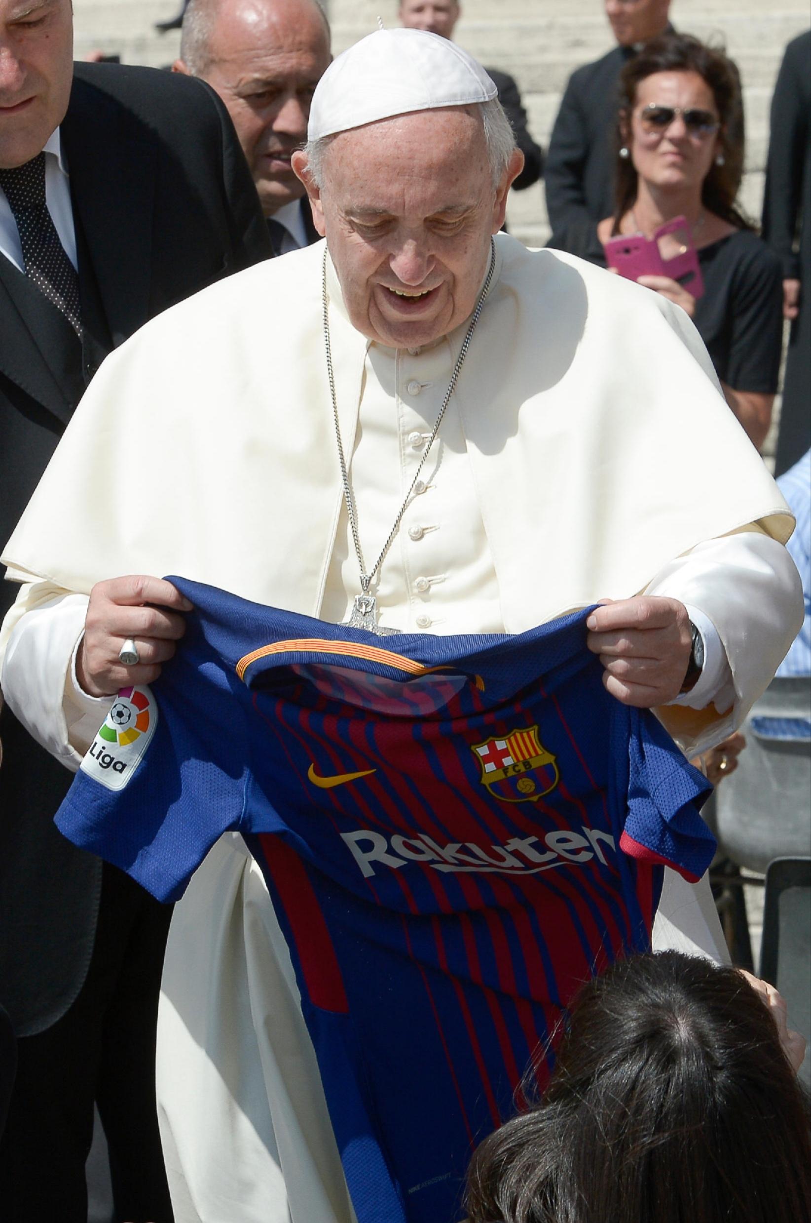 Papa lexon mesazhin e veçantë, fanella me firmën e Iniesta vendoset në muzeun e Vatikanit