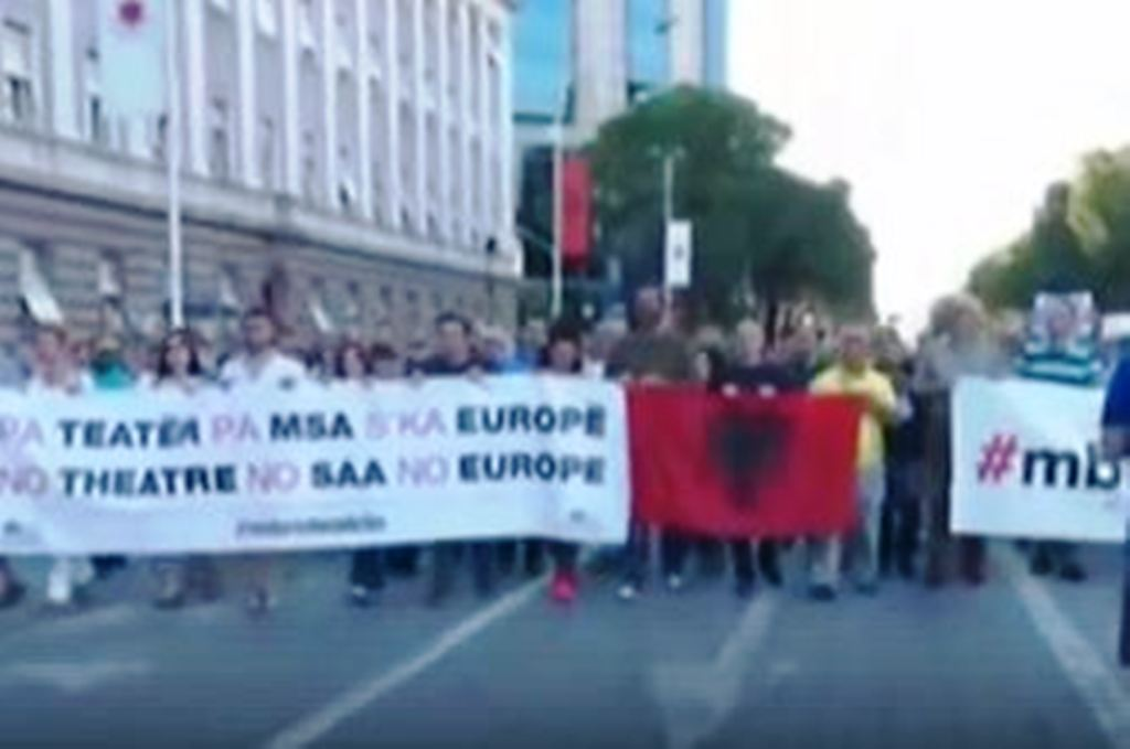 Protesta, shoqëria civile në mbështetje të artistëve me pankarta: Pa teatër nuk ka Evropë