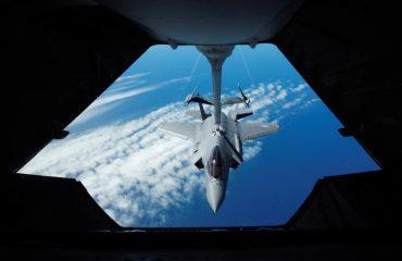 FOTO – SPEKTAKËL/ Avioni mbi oqean, shikoni si furnizohet në ajër