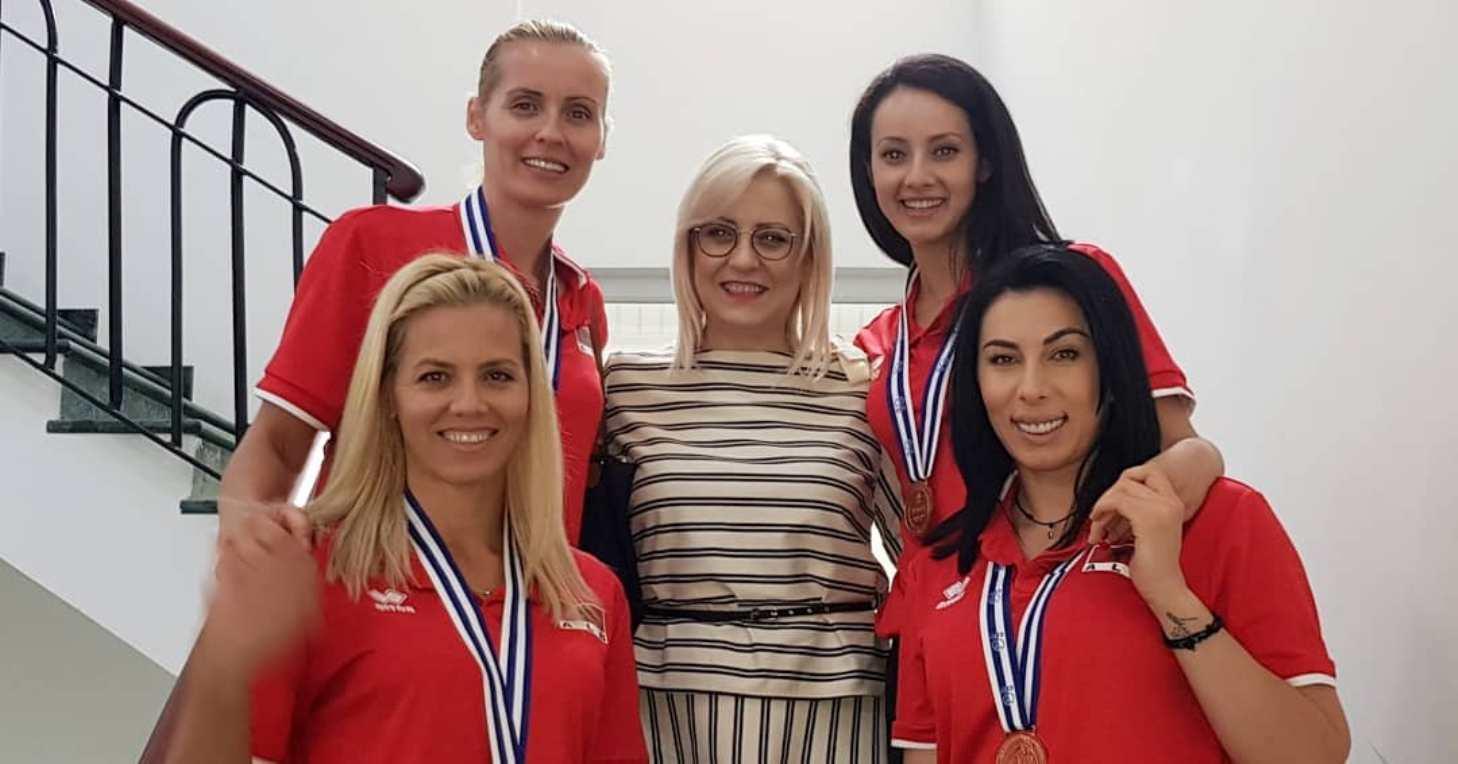 "Volejbollistet mirditore mbyllin një sezon suksesi, foto me ministren ""patriote"""