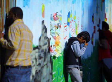 Ky është muri i kufirit SHBA-Meksikë, si komunikojnë familjarët e përmalluar përmes vrimave të gardhit