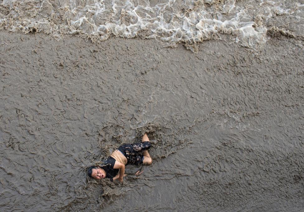 Shkon për të soditur valët e baticës, shikoni ku përfundon ky njeri