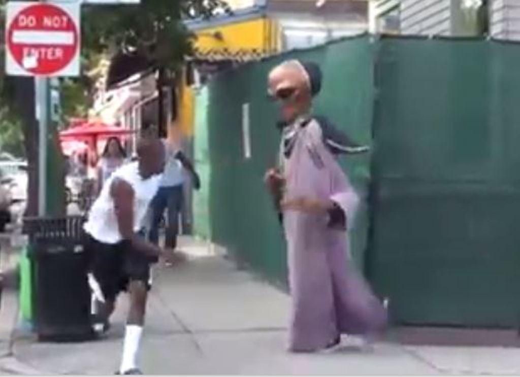 """VIDEO/ Një """"alien"""" në rrugë? Si reagojnë """"trimat"""" përpara pamjes së rrallë"""