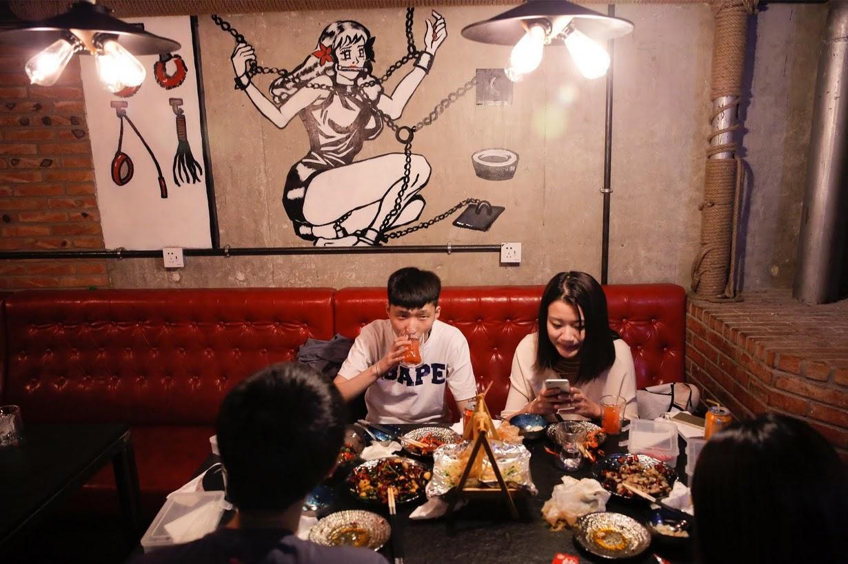 FOTOT/ Restoranti i veçantë në Pekin: Ushqim dhe seks. E menaxhojnë babë e bijë