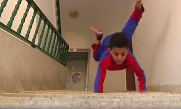 """VIDEO/ """"Spidermani"""" i ri vjen nga Palestina. Shikoni çfarë bën në rrugë fëmija-akrobat"""