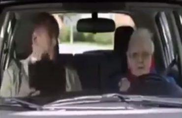 VIDEO–HUMOR/ Gjyshja shkon në autoshkollë, shikoni çfarë parkimi fenomenal