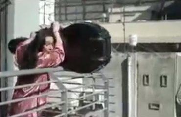 VIDEO-HUMOR/ Gruaja e përzë nga shtëpia, por ai pret me durim që t'i punojë rrengun...dhe e lë të shtangur