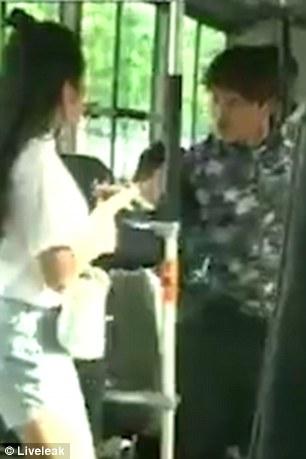 VIDEO/ Hajduti zgjedh femrën e gabuar për të vjedhur në autobus, e pëson keq