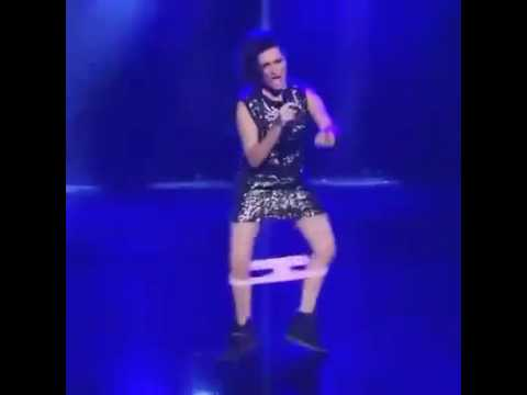 """VIDEO/ Të performosh në skenë """"me brekë nëpër këmbë"""", shikoni si i ndodh kësaj aktoreje"""