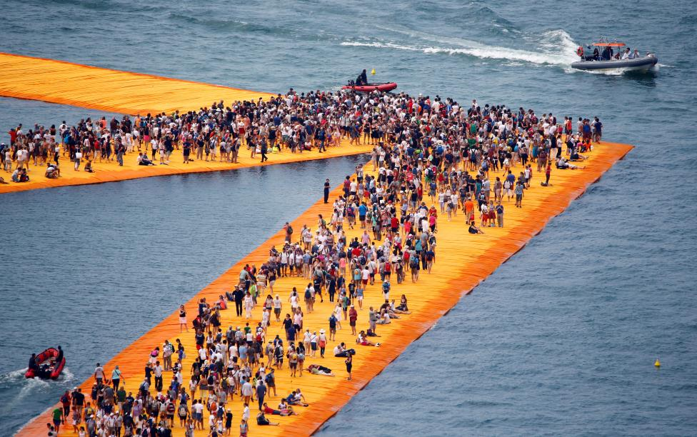 VEPRA E ARTIT/ Spektakël në mes të liqenit, shikoni ku ecin njerëzit