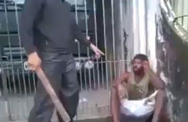VIDEO/ Pamjet e një emigranti sirian që masakrohet me dru dhe shkelma po bëjnë xhiron e rrjeteve sociale