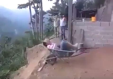 VIDEO – HUMOR/ Mos fli në vendin e punës, ndryshe… shikoni çfarë mund të ndodhë