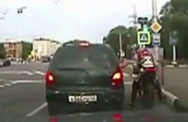VIDEO/ Shoferi del t'i japë një mësim të mirë motoristit, por shikoni si e pëson