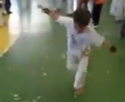 VIDEO/ Talent i rrallë, shikoni çfarë akrobacish kryen ky fëmijë