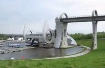 VIDEO/ Rruga ndërpritet...vazhdon disa dhjetëra metra më lart. Po si ngjiten makinat?