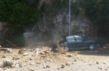 Valbonë, masivi shkëmbor bie mbi makinën nga Kosova, shpëtojnë udhëtarët